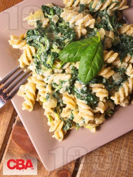 Пълнозърнести фузили със спанак, сметана и синьо сирене - снимка на рецептата